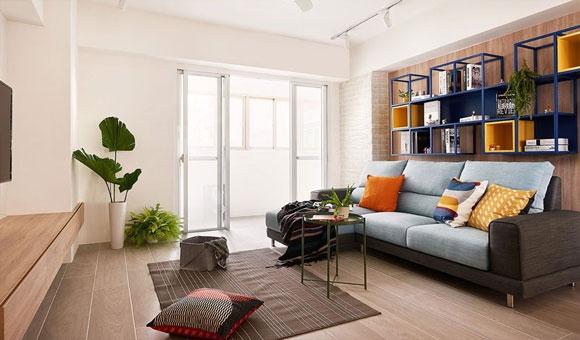色彩搭配很鲜艳的简约风格装修,沙发墙装金属吊柜,橱柜造型真特别!